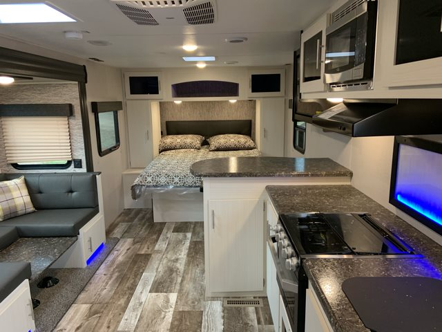 2019 Venture Stratus231VRB Rear Bath at Campers RV Center, Shreveport, LA 71129