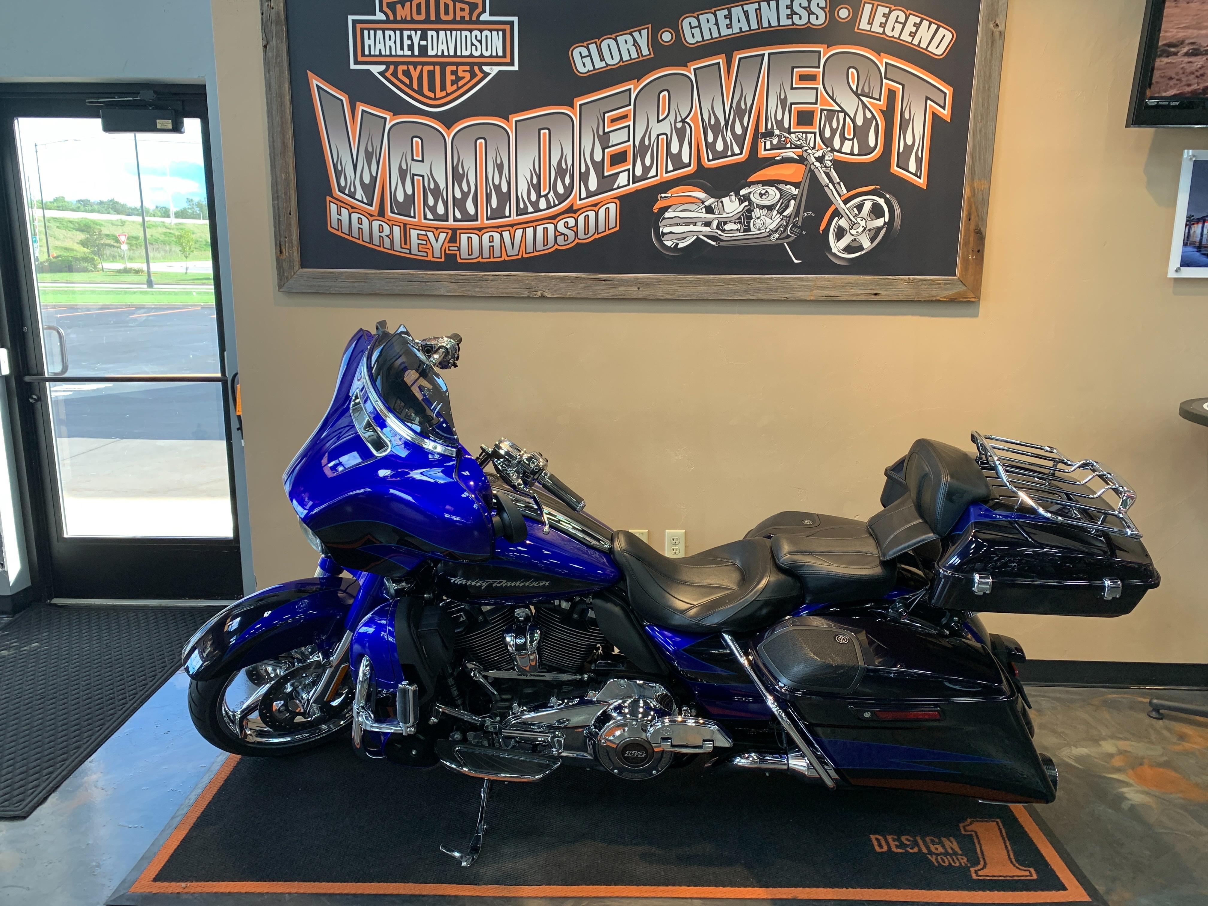 2017 Harley-Davidson Street Glide CVO Street Glide at Vandervest Harley-Davidson, Green Bay, WI 54303